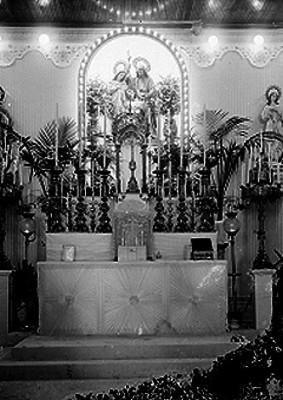 Familia Sagrada con imágen de San José y la Virgen María en un altar