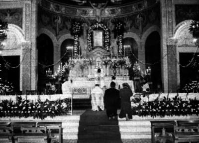 Mujeres y obispos rezan ante altar del siglo XIX