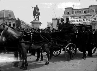 Cortejo fúnebre de los trabajadores de coches de alquiler en el cruce de las calles de Reforma, Juárez y Bucareli