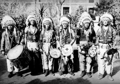 Apaches con atavíos de fiesta