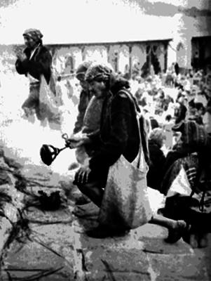 Indígenas suben las escalinatas de una iglesia en un ritual