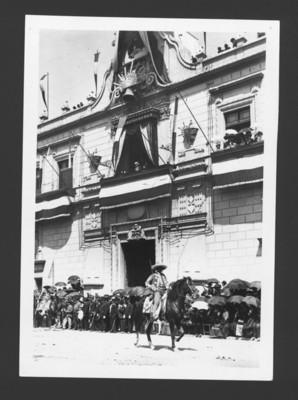 Porfirio Díaz en un balcón de Palacio Nacional observa desfile militar