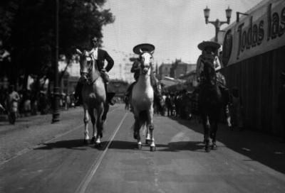 Chinas poblanas y charros a caballo, durante un desfile del carnaval