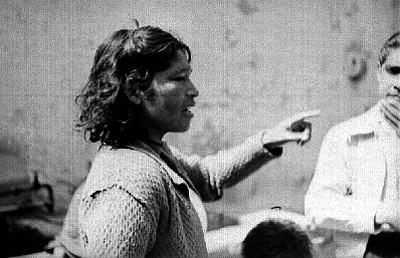 Mujer señalando algo