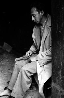 Hombre sentado en un patio