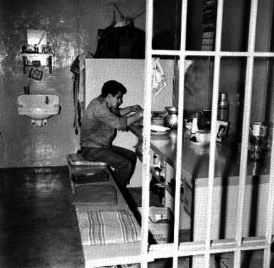Preso a la hora del rancho en su celda de la nueva Penitenciaria de hombres