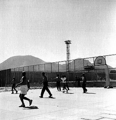 Presos jugando basketbol en una cancha de la cárcel de Santa Martha Acatitla
