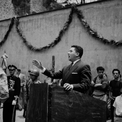 Hugo Cervantes de Rio, haciendo uso de la palabra durante una ceremonia, en una plaza pública