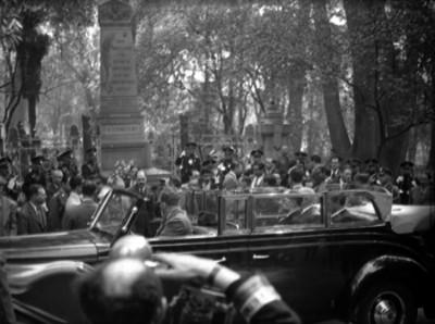 Harry S. Truman al subir a un automóvil frente al mnnonumento a los Niños Héroes de Chapultepec
