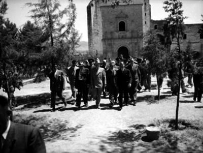 Harry S. Truman en compañía de funcionarios caminando por el atrio de un convento del siglo XVI