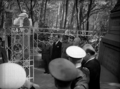 Harry S. Truman haciendo guardia ante el monumento de los Niños Héroes