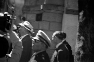 Militares y periodistas en la entrada de un convento