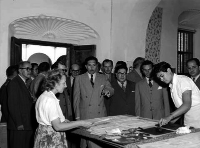 Miguel Alemán Valdés en una escuela de artes de Dolores Hidalgo