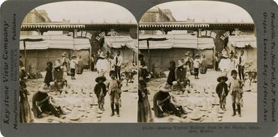Artesanos elaboran sombreros en un mercado