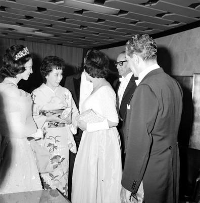 Michiko saludando a Eva Sámano de López Mateos, durante el banquete ofrecido a Hirohito por López Mateos
