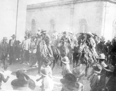 """""""Raúl Madero saluda a su mamá"""" durante la """"entrada de los villistas a Monterrey"""", reprografía bibliográfica"""