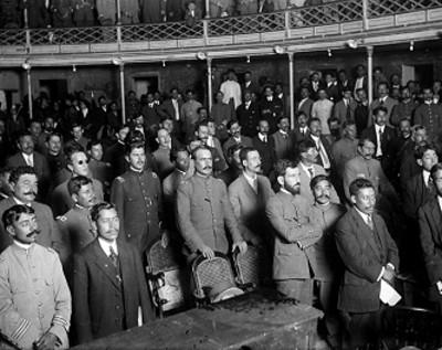 Alvaro Obregón, Roque González Garza y otros convencionistas en una sesión en el interior del Teatro Morelos