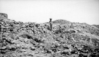 Hombre sobre los restos de un muro prehispánico