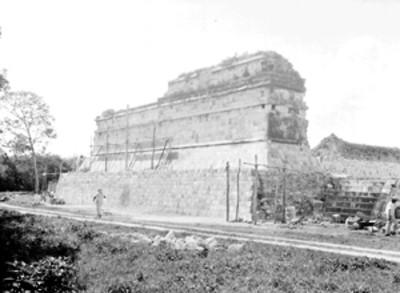 Hombres trabajan en la parte posterior del Templo Norte