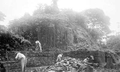 Hombres trabajan en restauración de edificio en Paxilila
