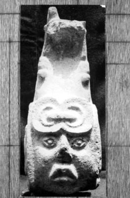 Vista frontal de cabeza antropomorfa