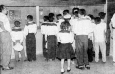 Grupo de personas en una sala del Museo Nacional, reprografía