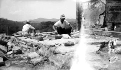 Trabajadores reconstruyen la parte superior de El Castillo de Teayo