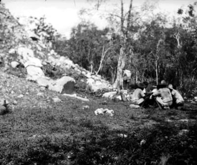 Grupo de trabajadores comen en el Osario, Chichén viejo