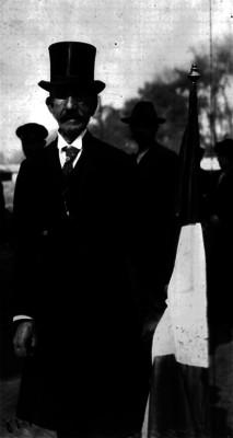 Joaquín de la Cantolla y Rico sosteniendo una bandera, retrato