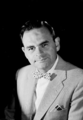 Leo Miller, actor, viste de traje con moño estampado en el cuello, retrato