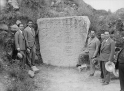Lázaro Cárdenas y otros hombres frente a estela maya