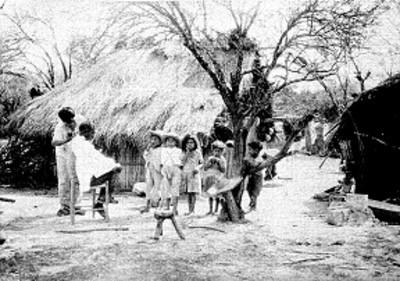 Peluquero corta el cabello a niños al aire libre