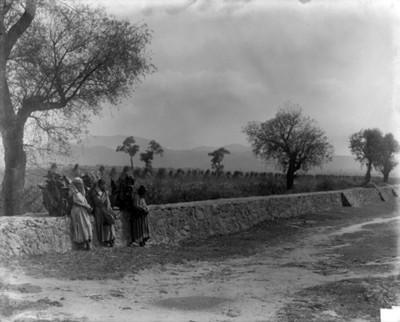 Gente en el camino de Fortín cerca de Acolman