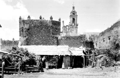 Choza a un costado de la iglesia en Xochimilco