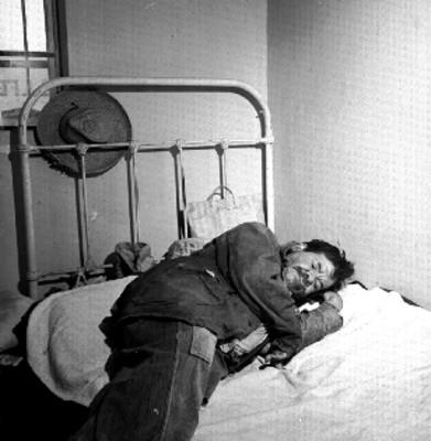 Anciano descansa en el dormitorio del Hospitalito