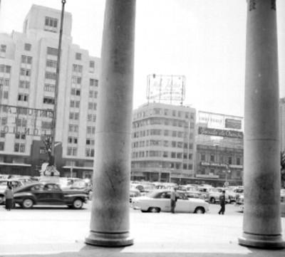 Edificio y tráfico urbano en la avenida Juárez, vista desde Bellas Artes