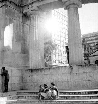 Niños sentados en escalones de monumento