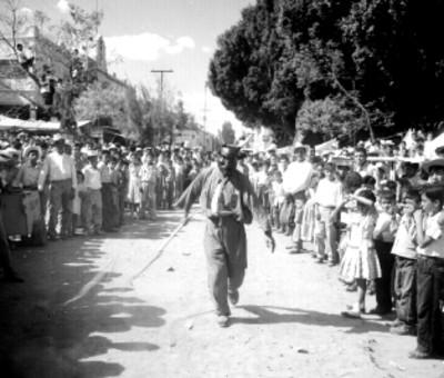 Hombres con disfraces realizan un espectáculo en una calle