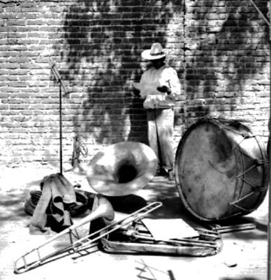 Músicos e instrumentos musicales en una calle