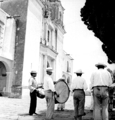 Banda músical toca en el atrio de una iglesia