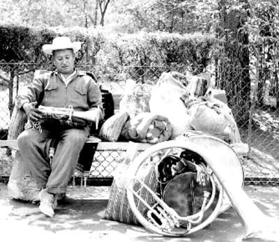 Músico sentado en una banca de parque, retrato