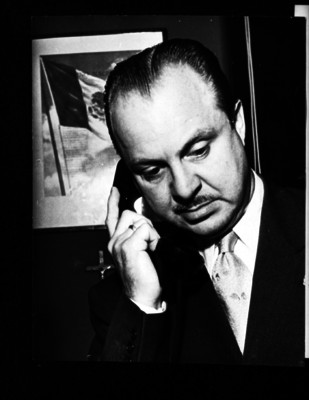 Carlos Denegri, periodista, hablando por teléfono en su oficina