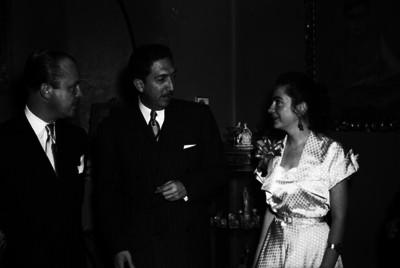 Carlos Denegri y esposa dialogan con un hombre en el banquete de su boda religiosa