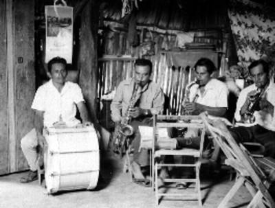 Músicos mayas tocan en interior de una vivienda