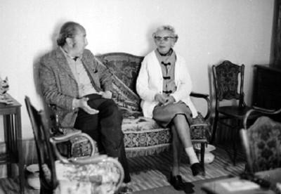 José Chávez Morales Conversa con Mujer en una Habitación