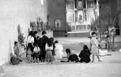Indígenas tzetzales hincados ante un altar