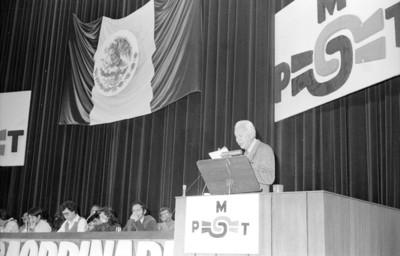 Heberto Castillo pronunciando discurso