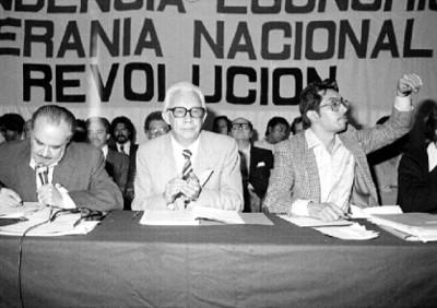 Miembros del partido presidiendo asambleas