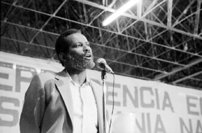 Hombre pronunciando discurso