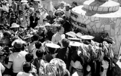 Miguel de la Madrid HUrtado es recibido por inddigenas durante su campaña
